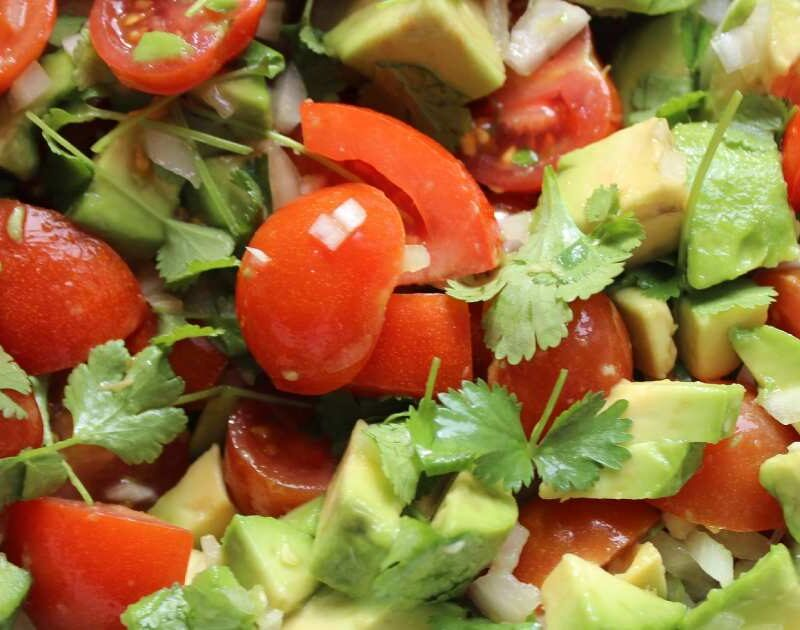 piarro con guacamole e pomodori